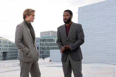 PÅ OPERATAKET: Robert Pattinson (til venstre) og John David Washington på Operataket i Oslo i storfilmen «Tenet».
