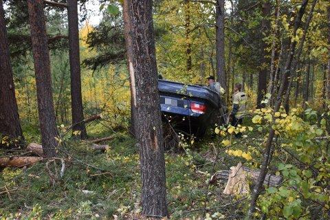 ENDTE I SKOGEN: Ulykkesbilen endte ute i skogen med hjulene opp, som følge av utforkjøringen.