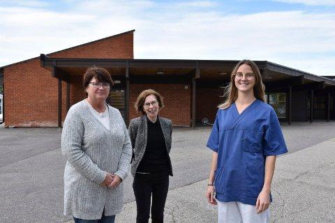 LEGE: Ine Merethe Ripsrud (til høyre) er ny lege på Åsnes legesenter. Her sammen med sektorleder Anne Brit Røst og koordinator Nina Bakkan Eidem.