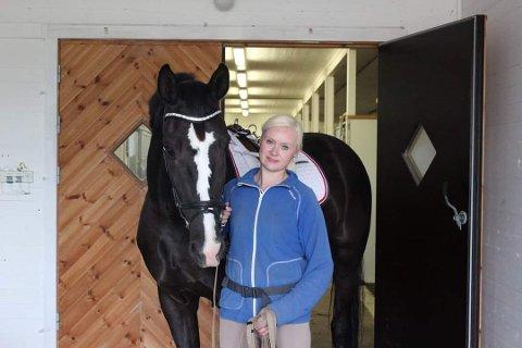 MED TUNGT HJERTE: Veronica Lystrup håper nye eiere vil drive hestesenteret videre.