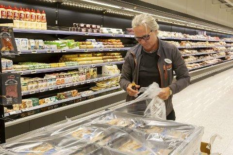 Butikksjef Mariann Collin ved Eda supermarked er selv med på å fylle opp hyllene.