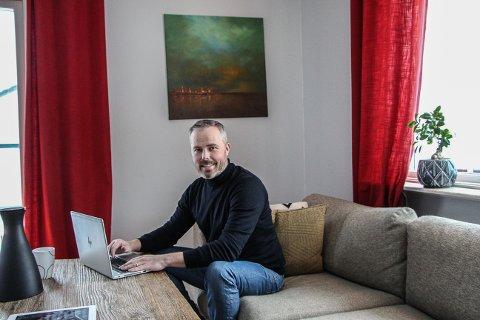 SVÄRDSJÖ: Helge Audun Broen på hjemmekontor. Han ser frem til åpne grenser og besøk til Nord-Østerdalen.