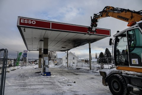 RIVES OG RYDDES: Åsnes kommune er i gang med riving etter å ha kjøpt Esso-tomta i sentrum.