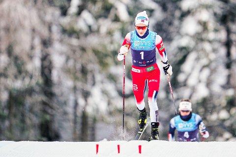 Therese Johaug alene i tet, slik vi er vant til å se henne, allerede tidlig i skiathlonen i Trondheim. (Foto: Geir Olsen / NTB)