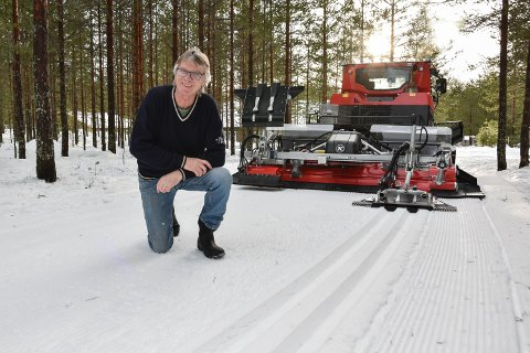 SETTER SPOR ETTER SEG: Jon Simon Høye og løypemaskinen er et kjent syn i Svartholtet. Torsdag fikk løypene seg en etterlengtet oppfriskning i forbindelse med det siste snøfallet.