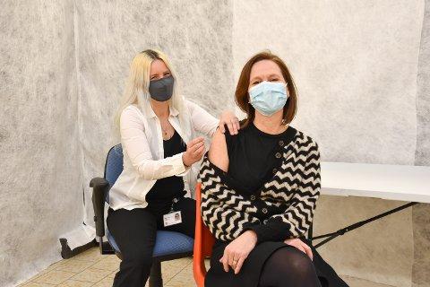 """VAKSINERING: Innbygger Jessica Blomsterlund får """"vaksine"""" av helsesjukepleier Helene Skybak."""