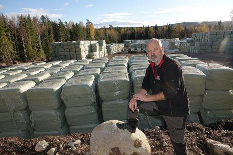 STORE MENGDER. Tom Arne Tøraasen har store mengder firkantede og runde halmballer klare utkjøring over hele landet.
