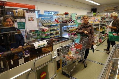 MÅ STØTTE: – Vi må støtte lokalbutikken vår både i med- og motgang, sier kunde Ingrid Folkvord Mehl, og bak henne kunde Ivar Fløiten. Til venstre ansatt Elin Myrvang.