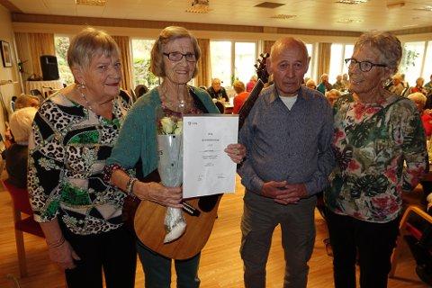 ÆRESMEDLE: Ruth Kjærnet  ble æresmedlem i LHL Våler og fikk mye ros, diplom og blomster fra leder Marit Kynbråten, til venstre. Med seg på bildet har hun venn og musiker Karsten Floden og musiker og sanger Liv Bentsen.