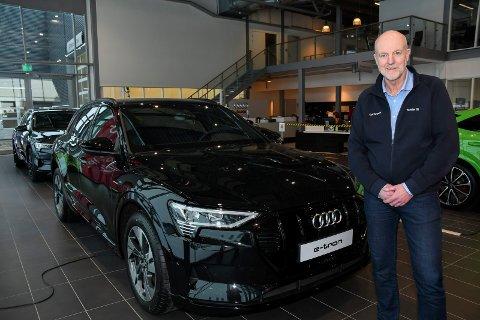 All grunn til å smile: Nybilsalget av Audi nådde i 2020 nye høyder ved Møller Bil i Nydal. Markedssjef Kjetil Bergersen viser fram Norges mest solgte bil.