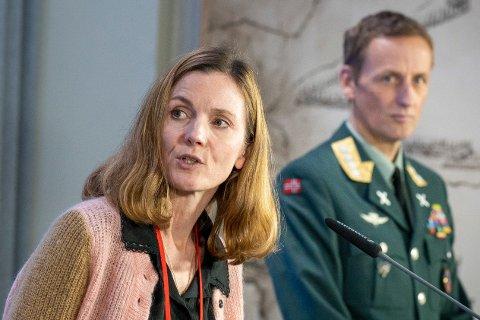 FFI-forsker Kari Røren Strand og forsvarssjef Eirik Kristoffersen presenterte mandag Forsvarets siste undersøkelse om mobbing og seksuell trakassering.