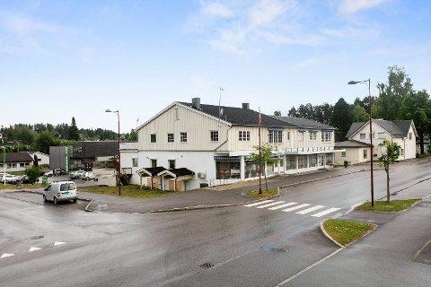 SNTRALT: Det er bygget til venstre, som ligger veldig tett inn til et annet kombinasjonsbygg i Våler sentrum, som nå er solgt.