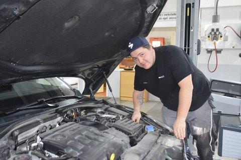 UTVIDER SPEKTERET: Alf Dennis Myrvold (30) fra Elverum har fagbrev som billakkerer. Nå er han i full gang med å bli bilskadereparatør også.