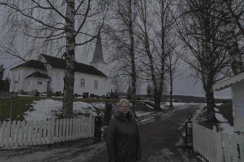 BLIR FELT: De gamle, store bjørkene skal nå felles, forteller Tove Strand i menighetsrådet på Åsnes Finnskog.