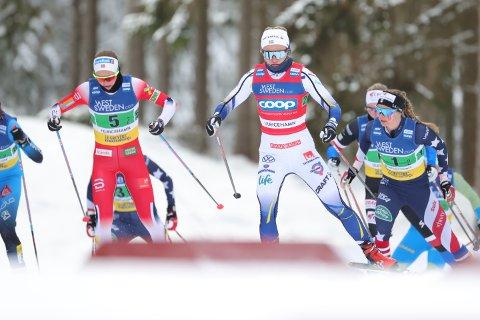 Mathilde Myhrvold (t.v.) i aksjon under søndagens lagsprint. Her går hun ved siden av Sverige-stjernen Linn Svahn.