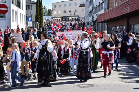 17. MAI 2019: Barnetoget går ned Gaarderbakken og svinger inn Storgata.