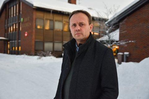 ALVORLIG: - Det er alvorlig at samfunnsanalysen til Helse Sør-Øst ikke har vurdert beredskapen, sier ordfører Ole Erik Hørstad i Åmot. Han har sendt brev til forsvarssjefen og forsvarsministeren og vil ha deres mening om konsekvensene av en eventuell nedlegging av Elverium sjukehus som et allsidig akuttsjukehus.