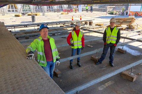 TAKK FOR NÅ: Arne Grønnesby får hjelp av vennebarna Frøydis og Bjørnar Melhuus.