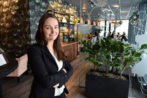 FRAM MED FLASKENE: Hanne Slettjord Tømte gleder seg over at Favn igjen kan servere alkohol.