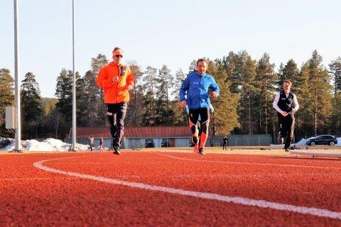 PÅ BANEN: David Stefan Rieger (t.v.) og Rolf Bakken i oppvarming, mens og Ulf Erik Strand jogger ned etter sin kvalitetsøkt.