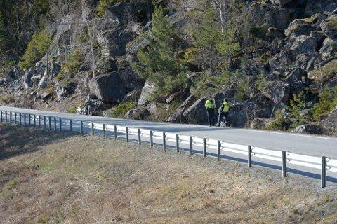 UTFORKJØRING: En motorsyklist kjørte av vegen langs Turistvegen i Ringsaker søndag ettermiddag.