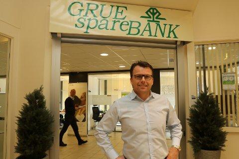 GODE BIDRAG: – Vi er vårt samfunnsansvar bevisst og deler ut mer midler til lag og foreninger og virksomhet i distriktet, sier markedssjef i Grue Sparebank, Erik Brinch Lund.