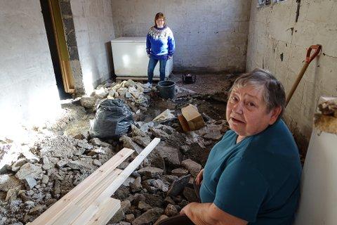 OPPGITT: – Jeg vet rett og slett ikke hvordan jeg skal komme videre og få orden på dette, sier en oppgitt Tove Laila Nedgården, her sammen med datteren Anne Lise i et av kjellerrommene som nå ligner mest på et bombekrater.