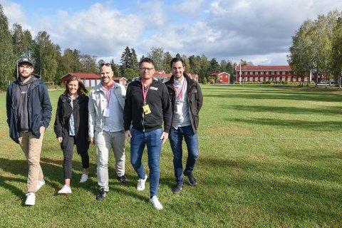 AVLYST NOK EN GANG:  Jens Granmorken (fra venstre), Anita Ulvebne, Thomas Borgvang, Tore Hagen og Sam Bush da planene om musikkfestivalen Elvebris ble lansert, høsten 2019. Nå er Elvebris avlyst for andre gang.