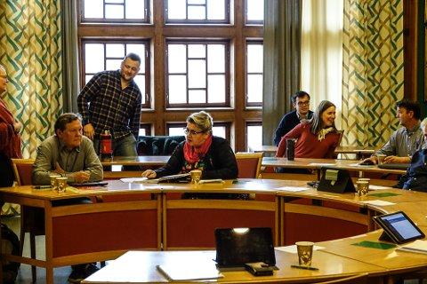NYE TAK: Frank Børneseth, foran til venstre, varsler at hans parti vil gå for fortsatt drift både ved Sønsterud bofellesskap  og Jara skole i ytterligere en tid.  Stående bak Sp-leder, John Arne Borg Engø, som går for nedleggelse, men har et splittet parti.