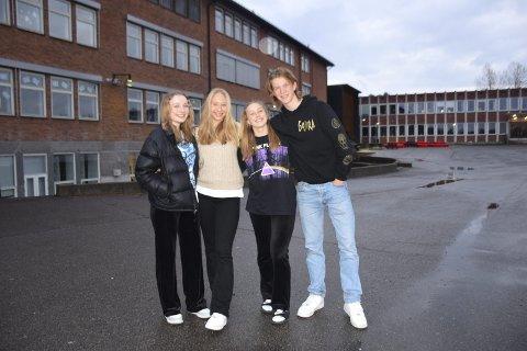 KORONA-TIMES: Ungdomsskoleelevene Rebecca Østbye (15), Ingrid Embretsen Håkensmoen (15), Caroline Pedersen (15) og Fredrik Fremgaarden-Hansen (15) fra Elverum har måttet ofre mye under koronapandemien. Men de har også lært å sette pris på mye de tok som en selvfølge tidligere. Mandag og tirsdag viser de årets forestilling: «Korona-times» sammen med resten av Sal og scene-gjengen.