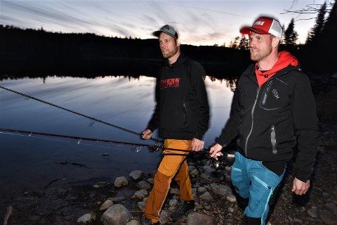 DÅRLIG BETT: – Venting er en del av fiskerens liv, sier Inge Rønning (tv) og Anders Svarstad, begge fra Rendalen. Her ved Renaelva etter årets dårlige fangst.