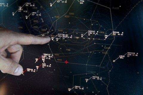 GODT BETALT: En flygeleder overvåker og dirigerer flytrafikken i og rundt Norge. Her fra flytårnet på Værnes.
