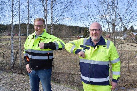 HAR INNGÅTT AVTALE: Per Hatterud (t.v.) og Hatterud Maskin AS har skrevet avtale med Nye Veier og Jarle Kristian Tangen.