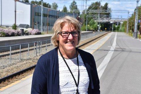 BLID ADMINISTRERENDE DIREKTØR: Alice Beathe Andersgaard møtte pressen ved jernbanestasjonen i Moelv etter helseminister Bent Høies (H) vedtak tirsdag.