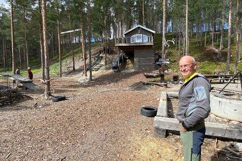 VENNESKOGEN: Olav Steihaug fra Alvdal i Venneskogen på Plassen. I bakgrunnen tretopphytta som Steihaug og gode kolleger ved Plassen barnehage har bygd.