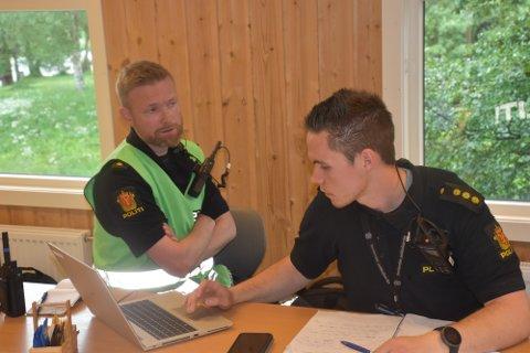 HEKTISK: Innsatsleder Eivind Rian og politibetjent Pål Vegard Nystuen (til høyre) styrer leteaksjonen. Foto: Jan Kristoffersen
