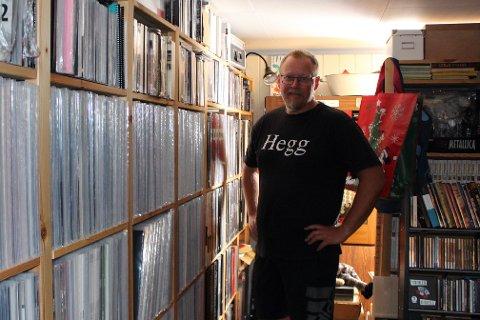 PLATESAMLER: Henning Olsen (48) har samlet på plater siden han var 12 år gammel. Nå har han kjøpt platesamlingen til radiolegenden Harald Are Lund.