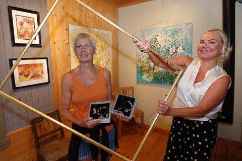 SPESIELT: – Jeg ble så betatt av Karens galleri (Karen Syversætre, til venstre) at jeg kan si at dette er det mest spesielle  jeg noen gang har stilt ut i, sier kunstneren Hilde Gustava Ovesen fra Hamar.