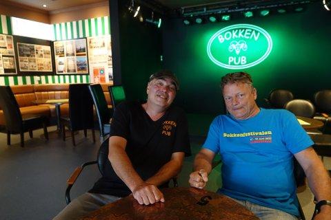 SNART GRØNT: – Vi håper og krysser fingrene for at det snart blir grønt lys for litt større arrangementer igjen her, sier Andreas Holø, til venstre, og Magne Libekk ved Bokken pub.