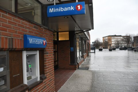 Uttak: Kvinnen løy om å ha blitt ranet for 12.000 kroner som hun tok ut i denne minibanken en søndag kveld i mars.