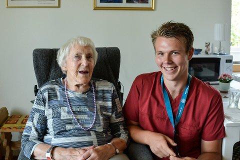 Fornøyd: Margrete Haugen og Simen Saug Lie møttes da Simen hadde praksis på sykehuset på Hamar og Margrete var pasient. - Han er gullgutten vår, sier hun om Simen som nå er tilbudt vikariat etter endte studier.