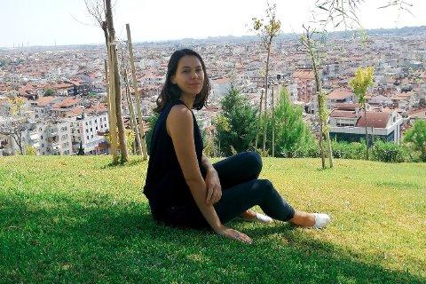 LIKE VED: Ine Bozdağ (26) fra Elverum har bodd i Tyrkia de siste fire årene. Nå herjer voldsomme skogbranner like ved der hun bor.