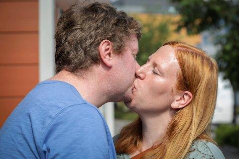 KJÆRESTER I 16 ÅR: Lars Matti Årvold fra Brumunddal og kona Silje Årvold Sele kysser mer enn gjerne på åpen gate.