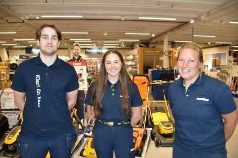 JOBBER PÅ: Benjamin Trevethick (20) (f.v.), Gina Lagmandsveen Hjemli (19) og Mari Sørby Tollan (36) hos byggevarekjeden i Brumunddal. Til sammen er det 11 ansatte pluss ekstrahjelper hos Maxbo Brumunddal.