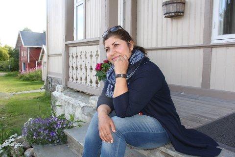 FORTVILET: Naila Abdiani fra Åsnes holder kontakten med familien i Afghanistan. – Jeg er redd for hva som vil skje med dem, sier hun.