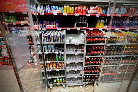 ENERGIDRIKK: Energidrikk er noe som er populært blant befolkningen, og noen av hyllene står derfor tomme.