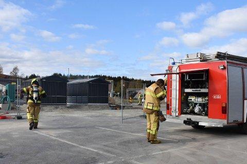 PÅ PLASS: Brannvesenet var raskt på plass på Obs tirsdag.