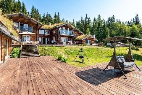 HUS I SKOGEN: 1141 kvadratmeter i Sørskogbygda ligger ute til salgs i form av dette spektakulære huset.