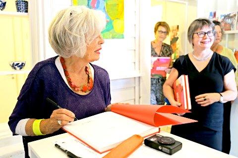 Boksignering av kunstboken Magma. Bøkene ble utsolgt og folk ventet spent på å få boken signert av Mai-Bente Bonnevie.