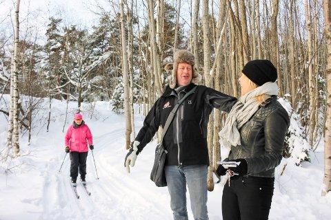 Løypeguttas Ove Salvesen fortalte om planene i fjor. Da var det snø og løyper en liten periode. Her sammen med tidligere kultursjef Janne Lepperød, som hadde hjulpet blant annet til å søke støtte.